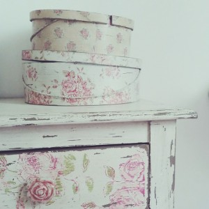 Les jolies boîtes. #home #decoration #house #vscocam #flowers #shabby #shabbychic…