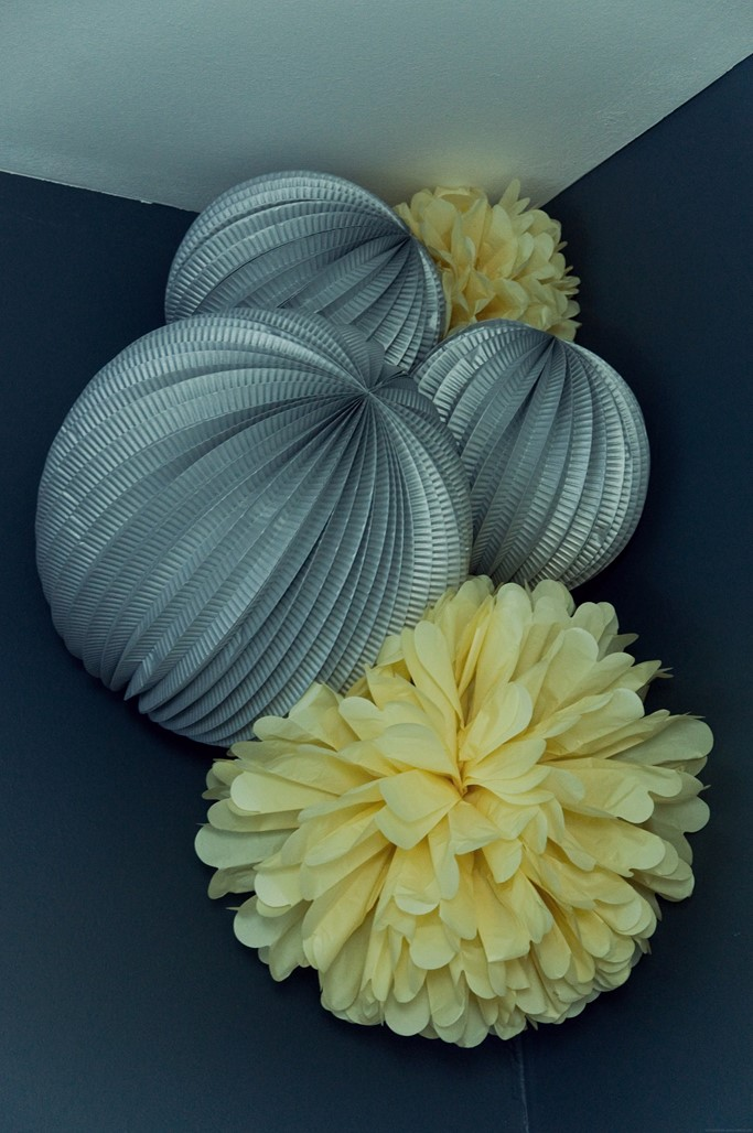 pompons-gris-jaune-decoration