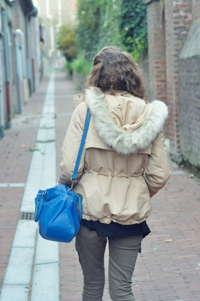 Look veste beige capuche fourrure blog mode Alexiane