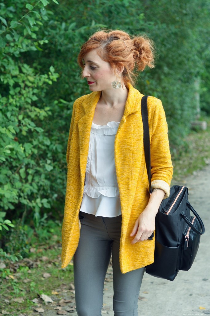 Look femme veste jaune moutarde sac à langer Béaba noir Bande de parents