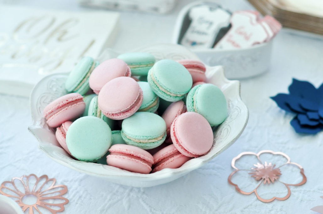 Macarons roses et bleus gender reveal party baby shower